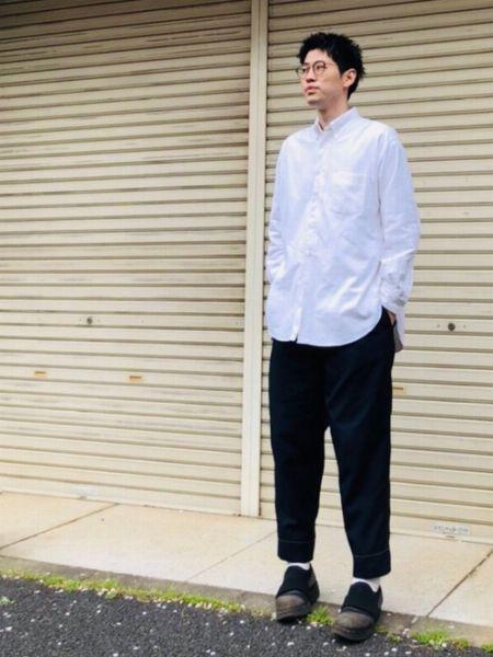 ベーシックな白シャツを、今っぽく着こなした基本形