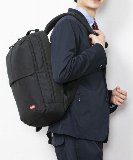 仕事の日だって『チャムス』で。遊び心が覗くビジネス兼用バッグ