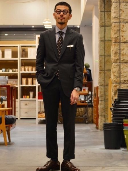 かっちりしたスーツスタイルをラウンド型メガネで洒脱に格上げ