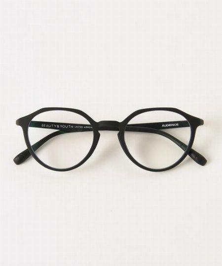 """▼メガネ×コーデ1:シンプルコーデにボストン型メガネを効かせて""""良い人""""を演出"""