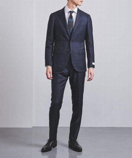 クールな印象を加速するなら、スーツ&ネクタイもダークに