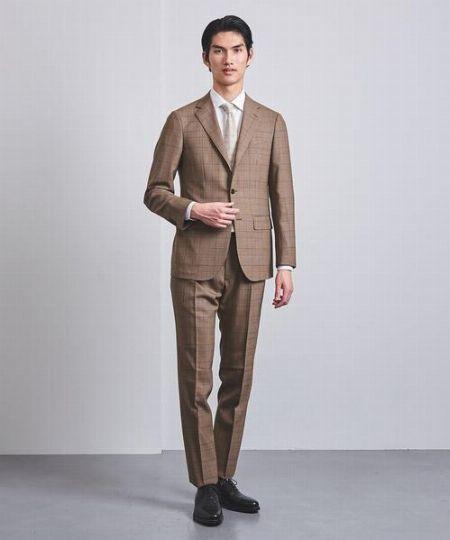軽やかで新鮮なライトブラウンのスーツを生かしたお手本