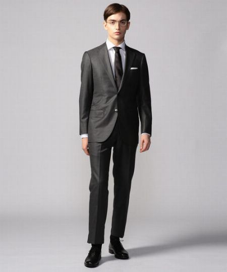 ブラックのチェック柄スーツはモノトーンでまとめるのが正攻法