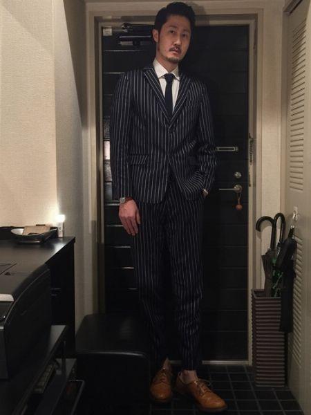 エグゼクティブなスーツスタイルは、足元でハズす