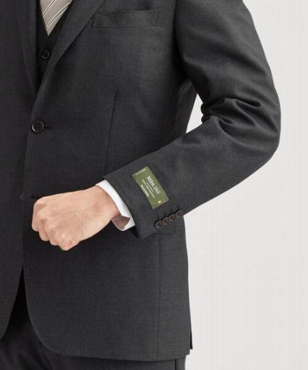 袖口や後ろ襟から指一本分ほどシャツが出ているのがベター