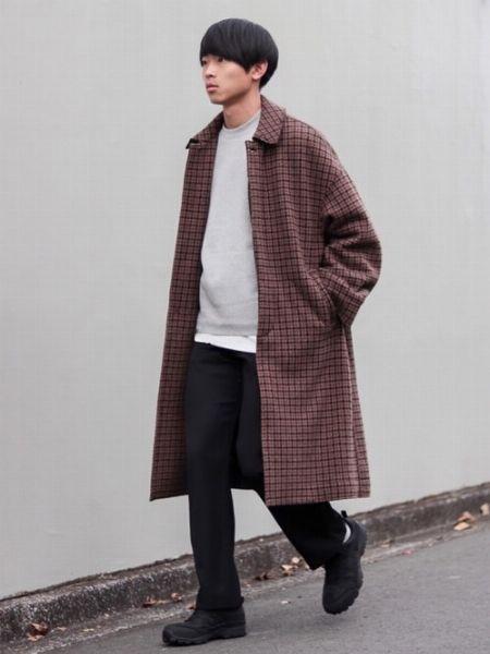 品のあるコートスタイルにアウトドアシューズで個性を加えたお手本