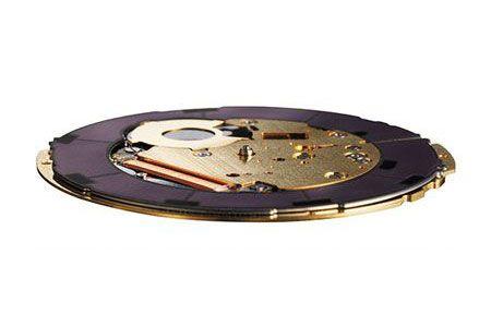 わずか1mmの厚さに85個のパーツ。超薄型ながら高性能を実現したムーブメント