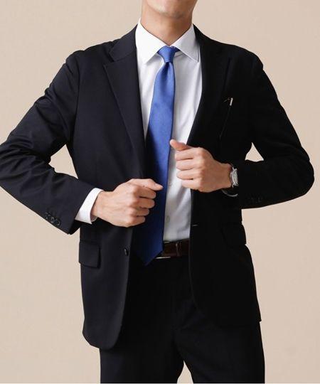 ネクタイを挿し色にして華やかさや個性を加味