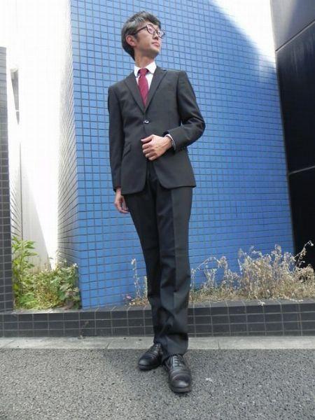 赤いネクタイを挿し色として活用した正統派スタイル