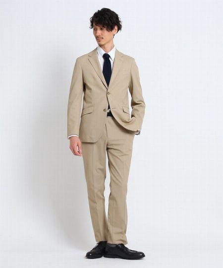 シンプルに徹したVゾーンでモダンなスーツスタイルを構築