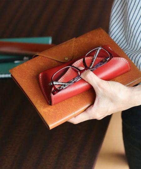 アイウェア派必携のメガネケース。大人にはやっぱり革製がよく似合う