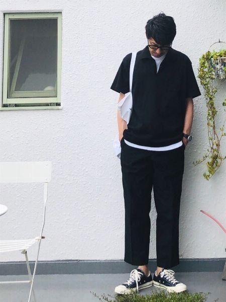 黒のワントーンでポロシャツをモダンに昇華