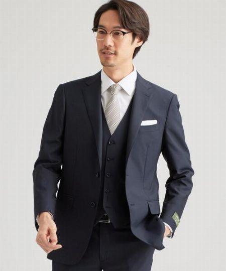 スーツの基本カラー、ネイビー。ネクタイやシャツの組み合わせも自由自在