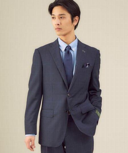 スーツとシャツの巧みなチェック合わせがポイント