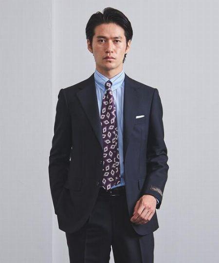 個性派ネクタイは濃紺スーツでマイルドに