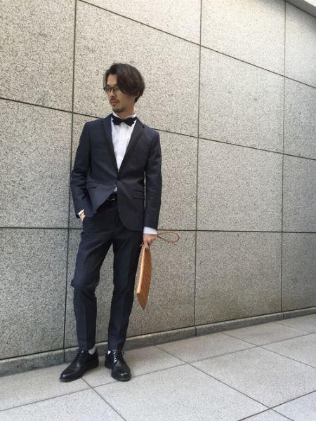 ネイビースーツが華やぐウイングカラー×ボウタイの組み合わせ