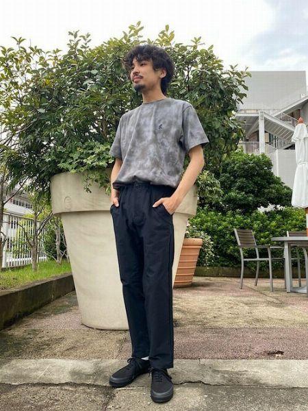 タイダイ柄Tシャツを使った爽快な装いのお手本
