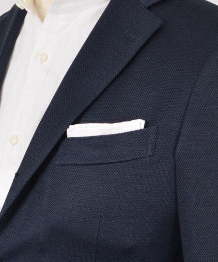 Vゾーンに存在感を持たせるならポケットチーフをプラスするのも手