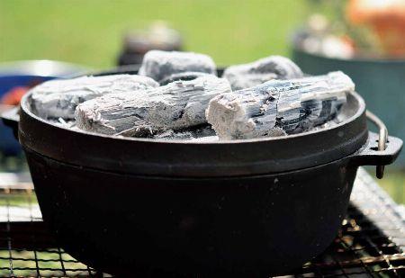まさに万能鍋。屋内外で活躍するダッチオーブンは男の調理器具だ