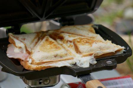 食パンに何を挟んでもおいしくなる「ホットサンドイッチクッカー」