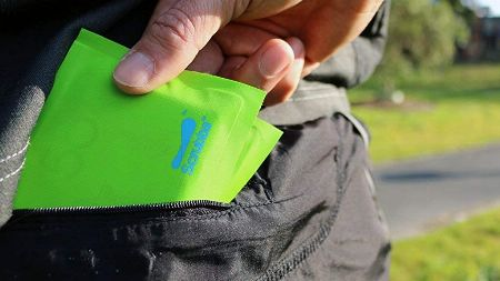 防水性のある財布なら、アウトドアアクティビティや急な悪天候でも安心
