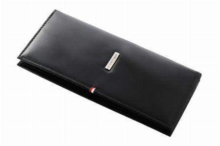 内装のロゴ刺繍が開閉時のアクセントになる長財布