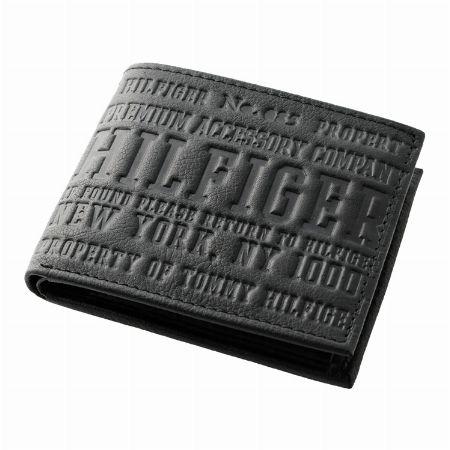 大胆な型押しロゴがポイントの二つ折り財布