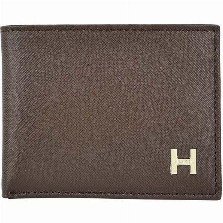 ロゴプレートに高級感が溢れる二つ折り財布