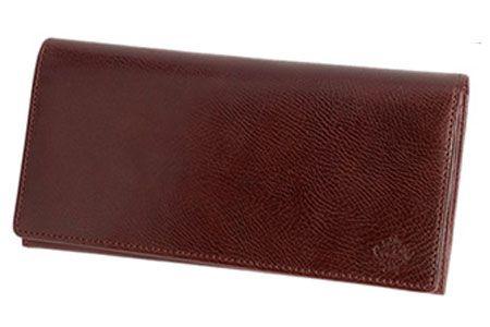 味わい深いレザーがシンプルなデザインに映える長財布