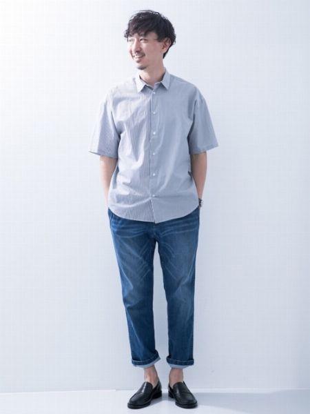 少し色落ちしたジーンズを使ったコーディネートの好例