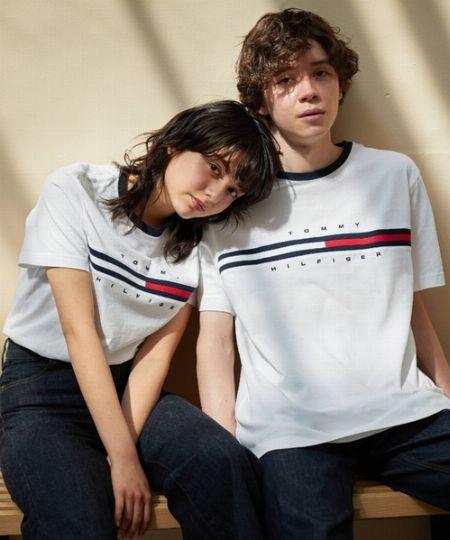 大人っぽいTシャツコーデを手に入れたいなら、『トミー ヒルフィガー』はいかが? 2枚目の画像