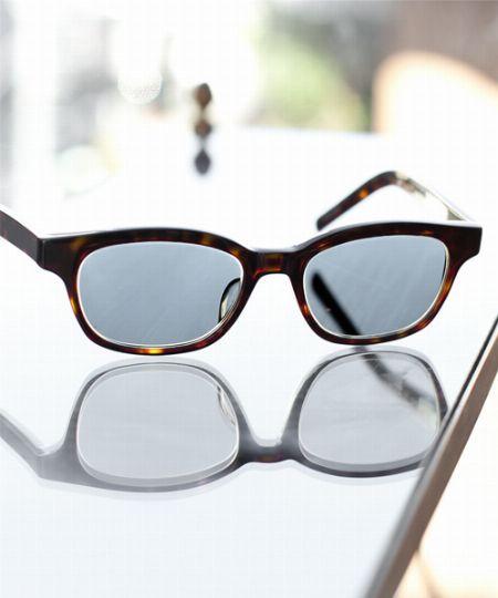屋内ではメガネ、屋外ではサングラス。一人二役の調光レンズがとっても便利