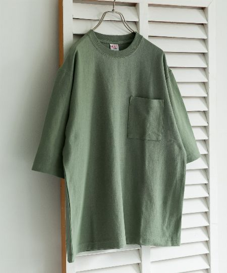 「Tシャツ」は悪目立ちしない無地が基本