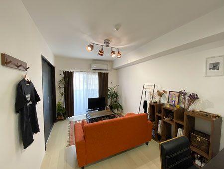 【CASE.03】ウッディな家具、配色、緑。三位一体のほっこり部屋