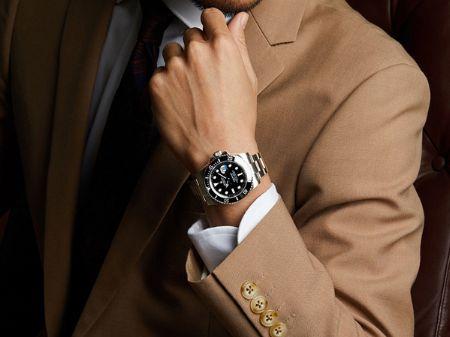 もちろんビズスタイルにも。スーツの腕元で輝く『ロレックス』の「サブマリーナ」