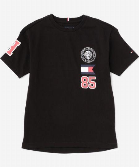 『トミー ヒルフィガー』バッジTシャツ