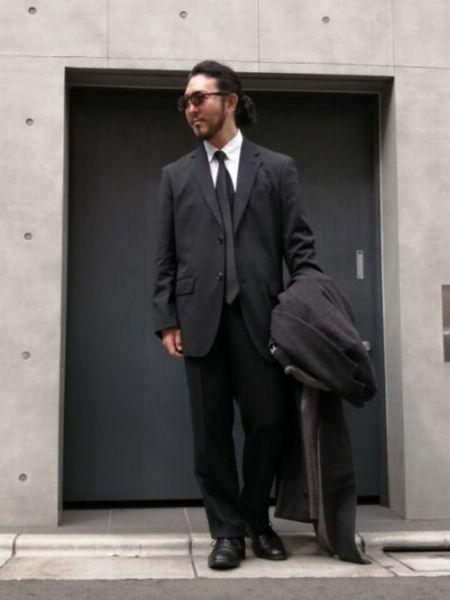 クールなスーツスタイルを目指すなら、モノトーンで統一すべし