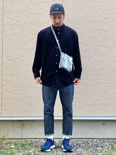 素材感のあるネイビーシャツを、普遍的な濃紺ジーンズでこなす