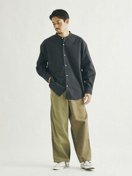 バンドカラーシャツの抜け感が決め手の黒ワントーン