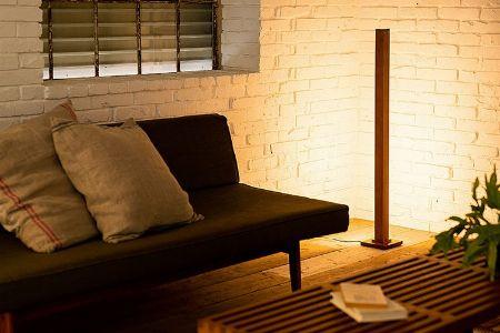 まずは定番。部屋に奥行きを生み出すために、「部屋の隅」を照らす