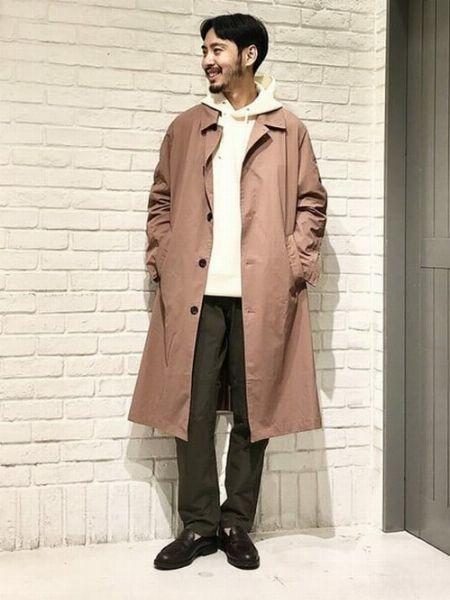 白パーカー×きれいめコートで洗練されたスタイリングに