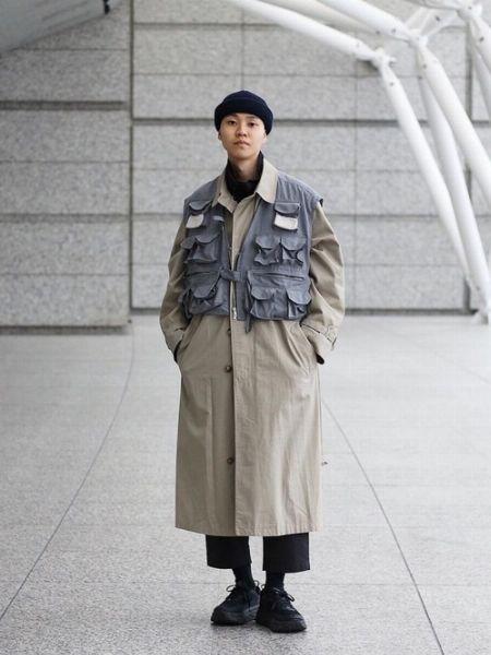 シンプルなコートスタイルに、立体感とストリート感をオン