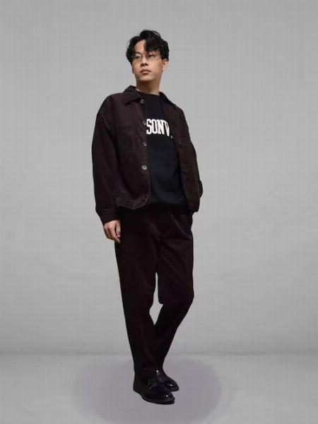 秋色のコートを使って大人なカジュアルスタイルを構築