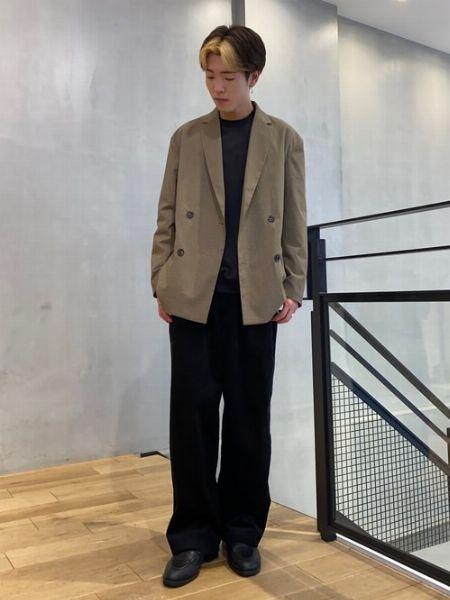 ダブルブレストのジャケットを主役にした巧妙な装い