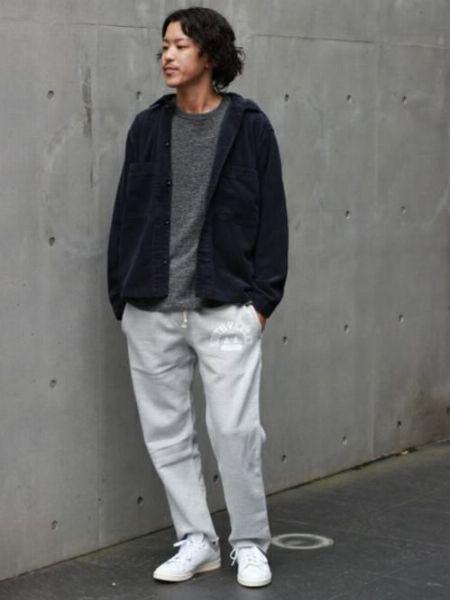 品のあるシャツジャケットを合わせたシンプルな大人スタイル
