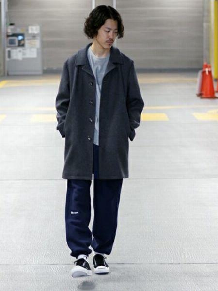 パンツのディテールでコートスタイルをカジュアルダウン