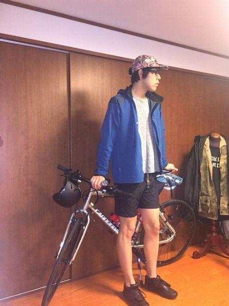 自転車に乗るときの装いも、街映えするスタイルに!