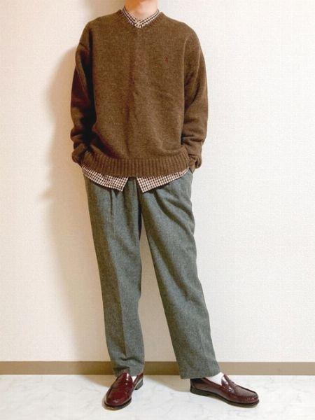 ニットとローファーを茶色で揃えた秋仕様の装い