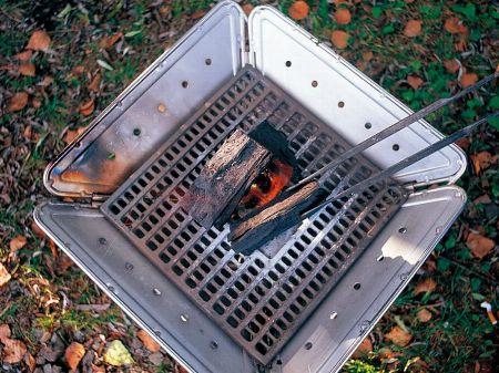 """忘れちゃいけない。焚き火台とセットで""""炭床""""も確保"""