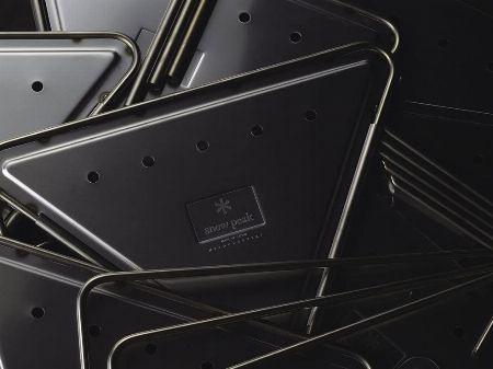 その厚さ1.5mm。飾り気のないステンレス板が圧倒的な強度を約束